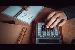 O fim acima do homem asiático da mão calcula finanças e contabilidade imagens de stock