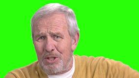 O fim acima do homem idoso está falando, tela verde vídeos de arquivo