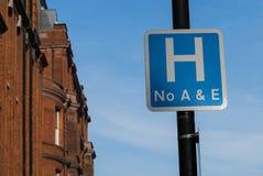 O fim acima do hospital assina dentro uma estrada em Reino Unido, em nenhum acidente e em emergência fotos de stock