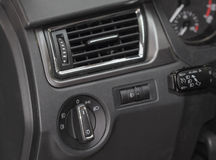 O fim acima do interior luxuoso do carro, respiradouro de ar Imagens de Stock
