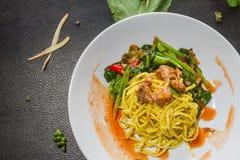 O fim acima do menu enlatado couve fritado macarronetes dos peixes pensa-se, mas para vender Alimento tailandês do estilo fotos de stock
