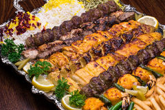 O fim acima do no espeto persa da mistura consiste na galinha triturada da carne e fotografia de stock