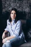 O fim acima do portriat de uma menina bonita caucasiano moreno à moda nova com cara lindo e o olhar elegante têm a Imagens de Stock