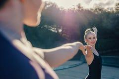 O fim acima dos dançarinos de bailado fêmeas que praticam o dueto dança imagem de stock