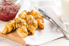 O fim acima dos mini croissant homebaked cobertos com as sementes mistura Café da manhã da manhã imagem de stock