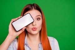 O fim acima dos olhos encantadores bonitos do couro cru da juventude do índice da foto da namoradeira moderna da tecnologia flirt imagens de stock