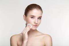 O fim branco do fundo da máscara do preto da saúde dos cuidados com a pele da mulher do retrato da beleza acima da esponja derrub Fotografia de Stock