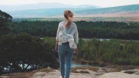 O fim da depressão devido ao amor não recompensado, uma tentativa do suicídio cresceu na natureza e no desejo viver, um sentiment video estoque