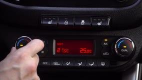 O fim da mão do homem ajusta acima a temperatura no carro 4K filme
