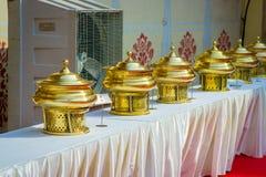 O fim de estruturas douradas colocou em um cru sobre uma tabela com tela branca, no palácio da cidade em Jaipur, Índia Imagens de Stock