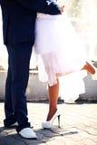 O fim dos noivos acima da casa, andando na cidade Imagem de Stock