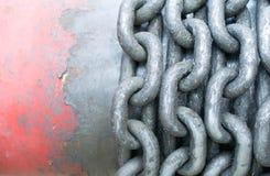 O fim industrial da corrente do metal rolou acima acima em uma bobina Foto de Stock Royalty Free