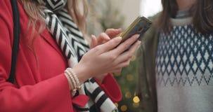 O fim irreconhecível acima de pares novos compartilha de memórias e de imagens em meios sociais com o móbil em linha app video estoque