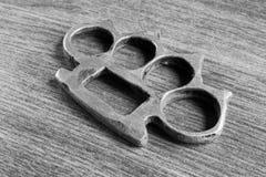 O fim preto e branco acima de um ferro knuckles Imagens de Stock