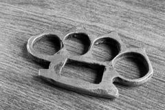 O fim preto e branco acima de um ferro knuckles Fotografia de Stock Royalty Free