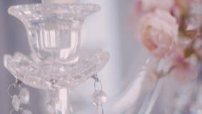 O fim super disparado acima do ouro chapeou uvas nas peças centrais de cristal dos candelabros video estoque