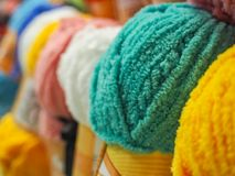 O fio colorido Esferas coloridas do fio Fio para fazer malha Foto de Stock