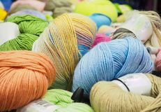 O fio colorido Esferas coloridas do fio Fio para fazer malha Fotografia de Stock Royalty Free