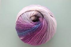 O fio de lã para faz crochê e fazer malha máscaras roxas e misturadas fotografia de stock royalty free