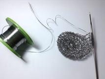 O fio de trabalho faz crochê o suporte do lápis no branco Fotografia de Stock