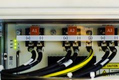O fio e o conector do uso da C.C. da tensão do negativo 48 no equipamento de telecomunicações Imagens de Stock Royalty Free