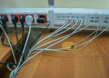 O fio e os conectores conectaram aos conectores do servidor imagens de stock royalty free