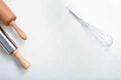 O fio whisk e o pino do rolo na farinha imagem de stock