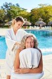 O fisioterapeuta faz massagens a parte traseira da mulher superior na associação fotos de stock royalty free