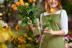 O florista com aumentou imagem de stock royalty free