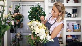 O florista profissional da mulher faz o ramalhete enorme da flor no estúdio floristic vídeos de arquivo