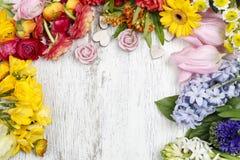 O florista que faz o ramalhete do botão de ouro persa floresce (o ranúnculo) Imagens de Stock Royalty Free