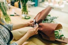 O florista une uma curva à composição da flor fresca Fotos de Stock Royalty Free