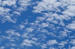 O fluff nubla-se o fundo imagens de stock