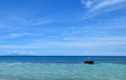 O flutuador do barco sobre o mar azul na ilha de Koh Chang em Tailândia com o céu azul claro Fotografia de Stock
