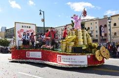 O flutuador do centro de serviço do bairro chinês na parada chinesa do ano novo de Los Angeles imagem de stock