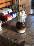 O flutuador do latte do gelo, café de gelo cobriu com gelado no vidro na tabela de madeira do vintage fotografia de stock royalty free