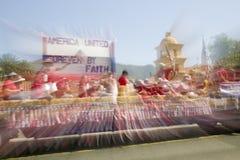 O flutuador festivo faz sua rua principal da maneira para baixo durante um quarto da parada de julho em Ojai, CA Imagem de Stock