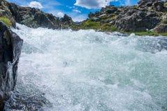 O fluxo da água clara imagem de stock