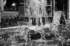 O fluxo da água na fonte foto de stock