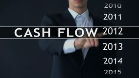 O fluxo de caixa para 2014, homem de negócios seleciona o relatório financeiro na tela virtual vídeos de arquivo