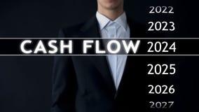 O fluxo de caixa para 2024, homem de negócios seleciona o relatório financeiro na tela virtual imagens de stock royalty free