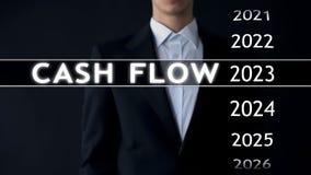 O fluxo de caixa para 2023, homem de negócios seleciona o relatório financeiro na tela virtual fotografia de stock