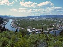 O fluxo do rio Neretva através da cidade de Opuzen Fotografia de Stock Royalty Free