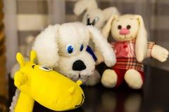 O focinho do girafa amarelo está na tabela Brinquedos macios no fundo Imagens de Stock