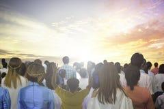 O foco macio das mãos cristãs do aumento do grupo dos povos adora acima o deus Jesus Christ junto na reunião de renascimento da i fotografia de stock royalty free
