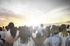 O foco macio das mãos cristãs do aumento do grupo dos povos adora acima o deus Jesus Christ junto na reunião de renascimento da i fotografia de stock