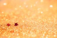 O foco macio e a imagem seletiva na estrela vermelha no ouro iluminam o bokeh t fotos de stock royalty free