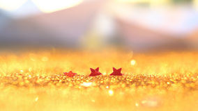 O foco macio e a imagem seletiva na estrela vermelha no ouro iluminam o bokeh t imagem de stock