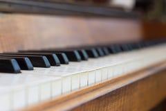 O foco nas chaves do piano centra-se sobre as chaves do piano fotografia de stock