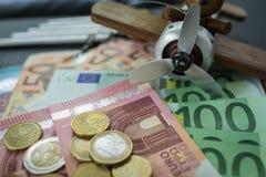 O foco seletivo, cédulas do Euro com Euro inventa com brinquedo de madeira Foto de Stock